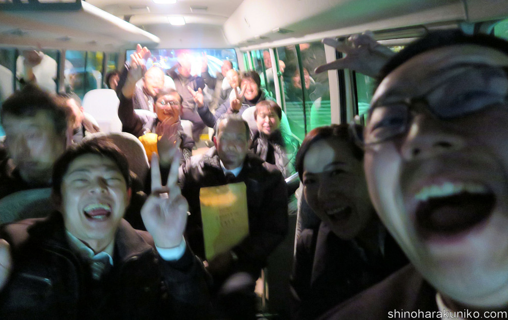 2次会への送迎バスも満員御礼!