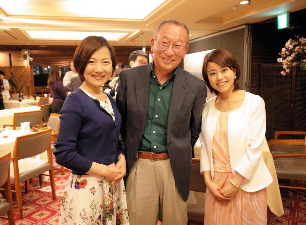 佐藤達夫事務局長を、日本野菜ソムリエ協会講師仲間で群馬を拠点に活躍するフリーアナウンサーの竹下裕理さんと囲んで。